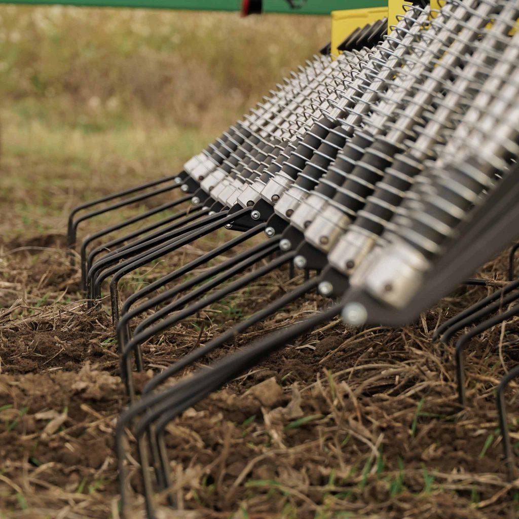 CFS Landmaschinen Cross Farm Solution Konstantdruckstriegel STW mit seinem einzigartigen, patentierten Druckfedersystem - Neue Dimension in der Striegeltechnik.